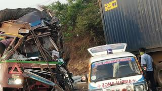 Accident for National highway vellore. Containers and lorry. Videos