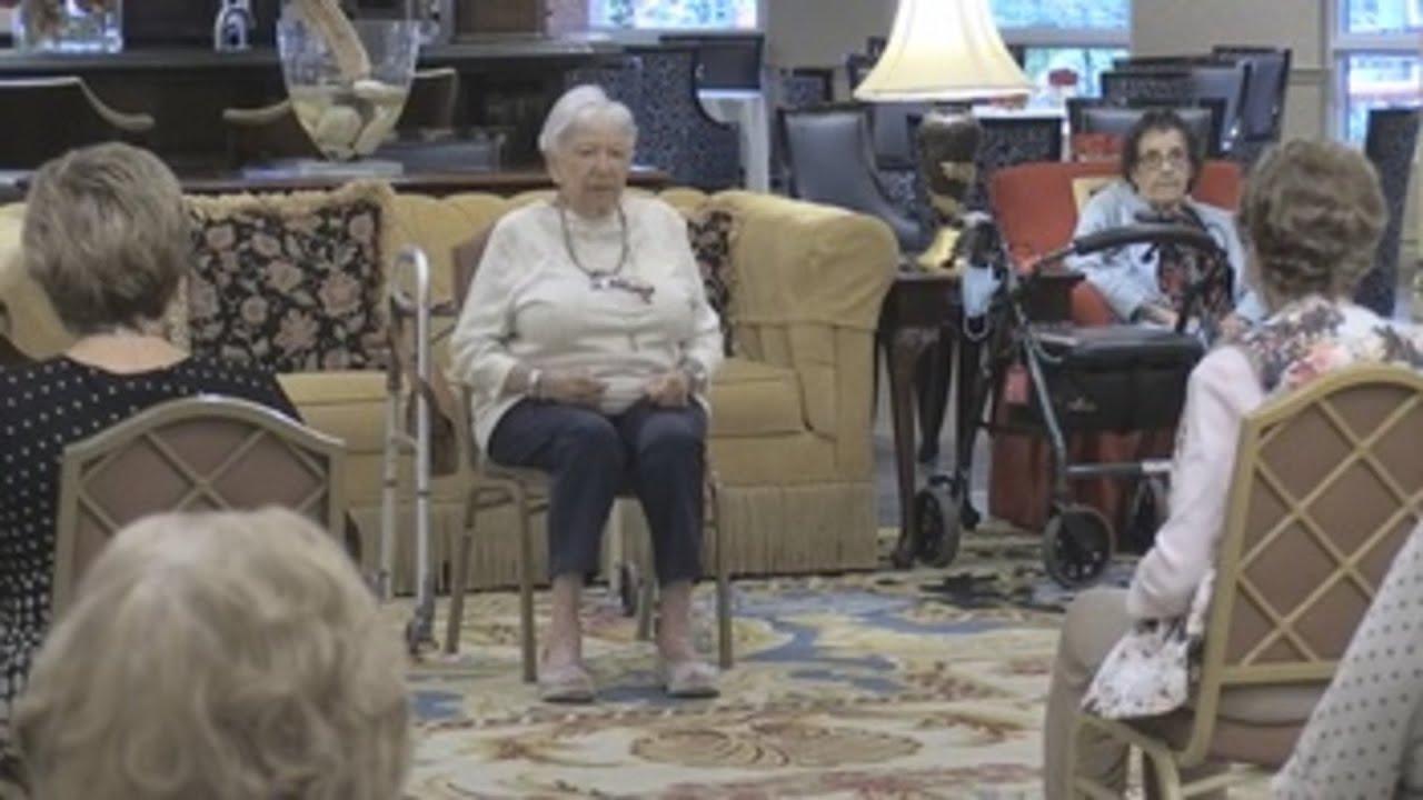 """A los 95 años, Blank enseña """"la belleza del yoga"""" a compañeros de residencia  - YouTube"""