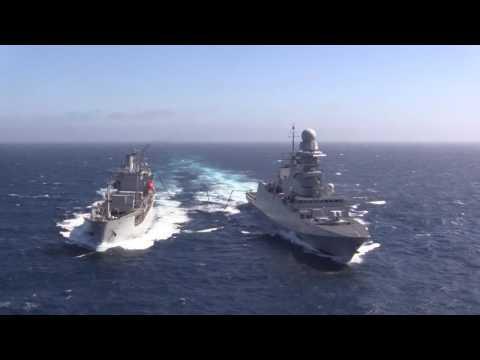 Marina Militare - Rifornimento laterale di nave Carabiniere con la rifornitrice neozelandese