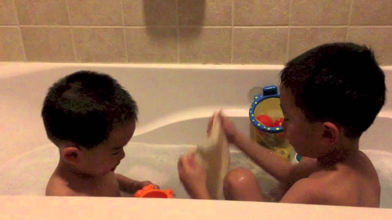 Baby tub time with brother - YouTube