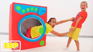 Vlad y Niki fingen jugar con la lavadora de juguetes