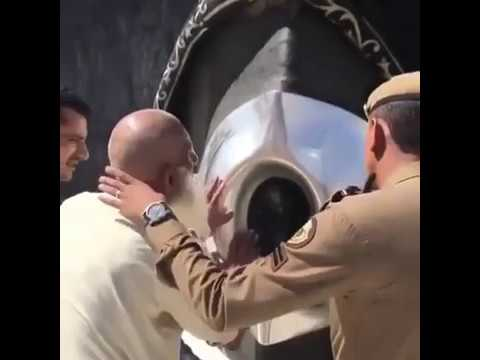 Exclusive (slow motion) - Old man kisses the Black Stone at Kaaba