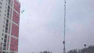В Екатеринбурге в небо полетели сотни белых шаров в память о жертвах пожара в Кемерово