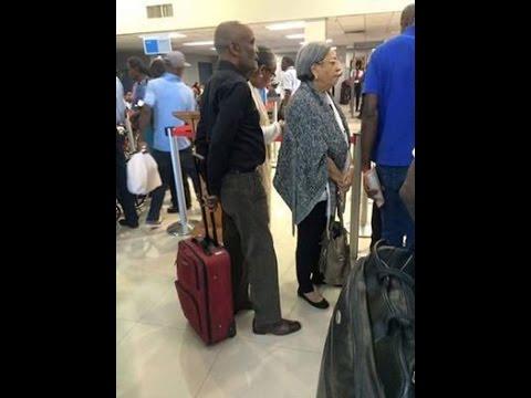 René Préval fait la queue comme tout simple citoyen à l'aéroport Toussaint Louverture