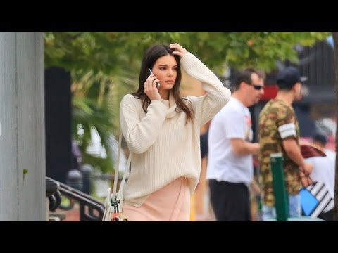 PREMIUM EXCLUSIVE: Kendall Jenner Perfects Her Catwalk Strut On The Sidewalk thumbnail