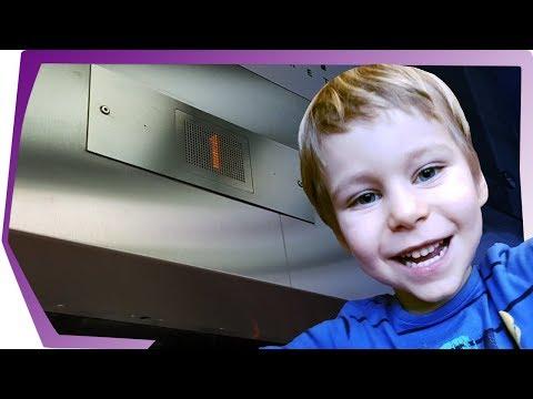 Лифт Kone обзор. Приключения Baby Go Show в лифте ТЦ по улице Снежная 22. Денис в роли лифтера.