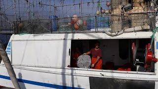 Pescadores de Motril lanzan sus nasas en busca de quisquillas