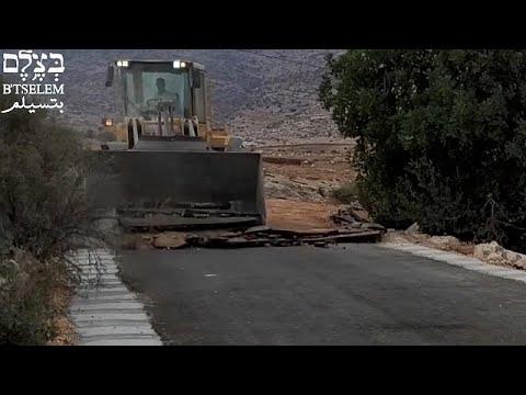 شاهد: مخالب جرّافة إسرائيلية تدمّر طريقا في الضفة الغربية لتقطيع أوصال القرى الفلسطينية…
