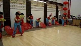 Chinese Traditional Folk Dance - Dance into the Year of the Dragon 舞进龙年.wmv