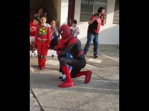 Spider-man llega a fiesta infantil a bailar cumbias