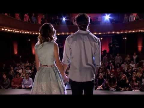 Violetta y León cantan Podemos en la presentación