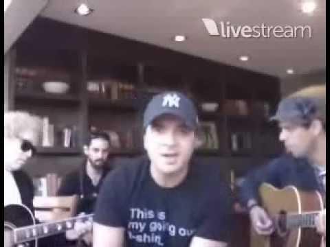 Luis Fonsi cantando ''El anillo y la flor'' (Twitcamcustico)