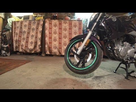 Клею светоотражающие полоски на обод колеса мотоцикла
