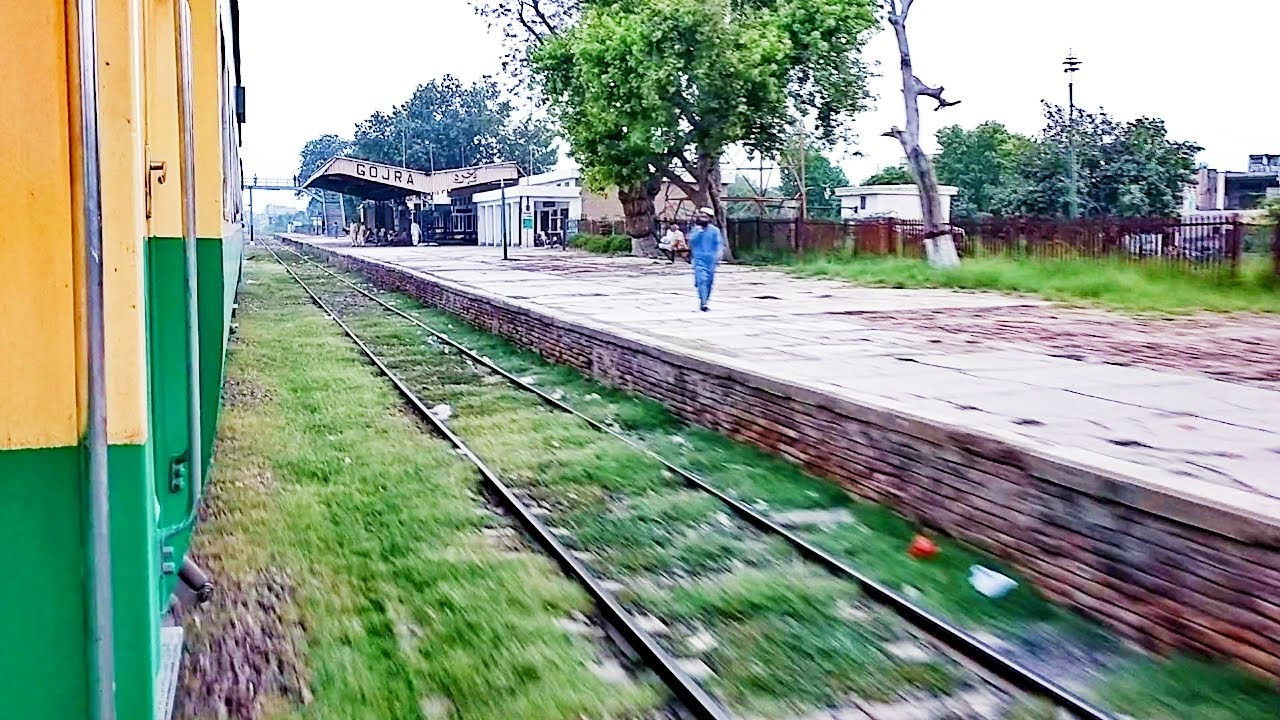 Pakistan Railways:42dn Karakaram Express crossing Gojra Railway Station