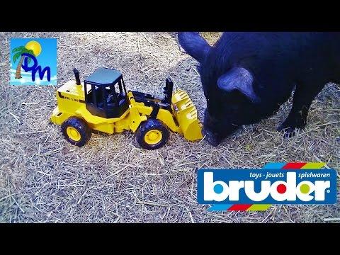 Экскаватор Брудер работает на ферме. Кормит животных и убирает тыквы!!!!