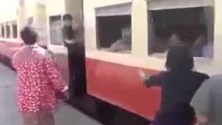 فيديو خطير لأشخاص يركبون القطار وهو يمشي بسرعة