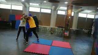 فيديو منة فضالي تتفوق على مدربها بألعاب القوى