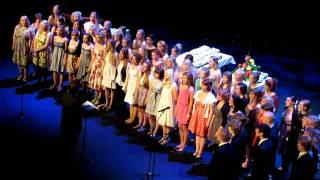 Kallion lukion kuoro, Reijo Aittakummun johdolla, laulaa kappaleen Veden alla