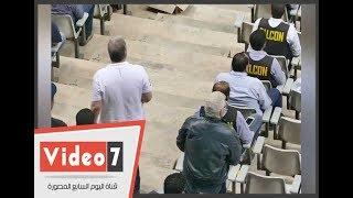 مرتضى منصور يوجه جهاز الزمالك في نهائى كأس مصر من مدرجات برج العرب