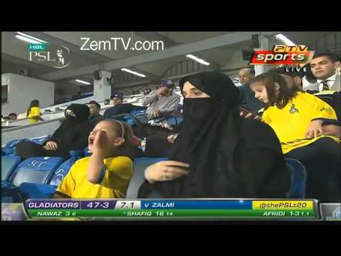 Shahid Afridi  wife and daughter chanting quotta haary ga