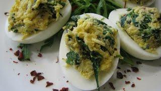 Яйца фаршированные сыром и шпинатом. Блюда из вареных яиц. Фаршированные яйца