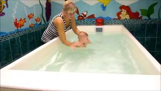 Грудничковое плавание в мини бассейне с инструктором Мариной