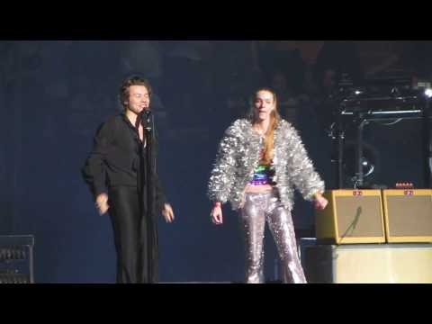 Harry Styles brings fans on stage - Boston 6/18