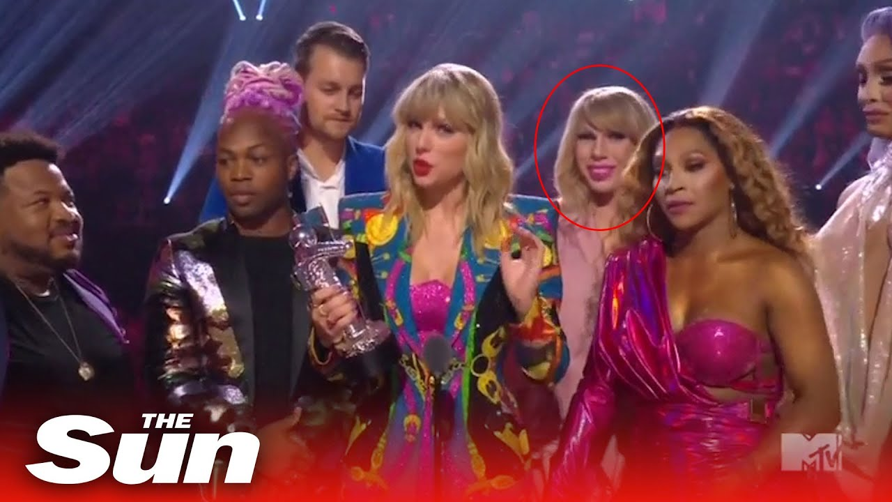 John Travolta tries to give VMA to drag queen dressed as Taylor Swift