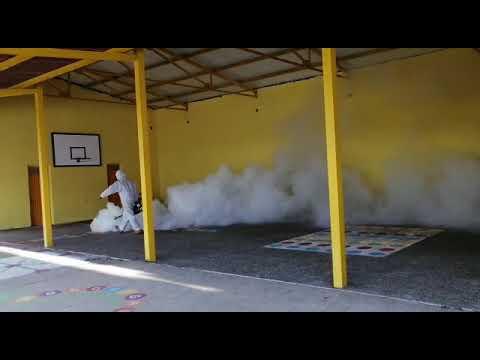 Luis Juan, de DDD, desinfectando el colegio público de Cualedro