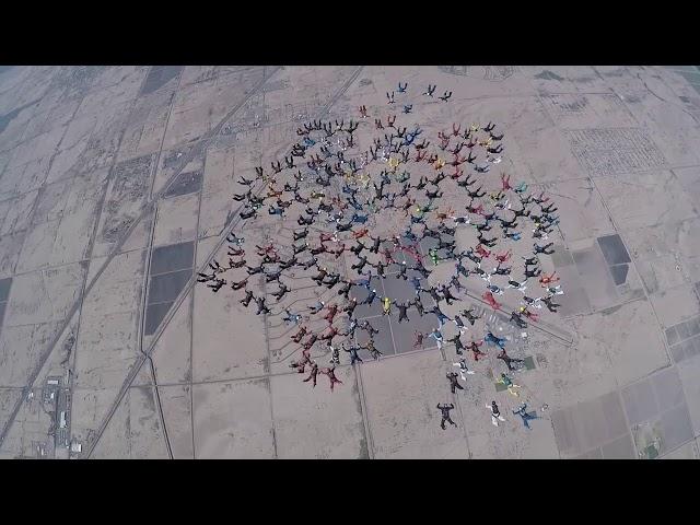 Impresionante formación en paracaidismo de 217 personas para lograr el récord mundial