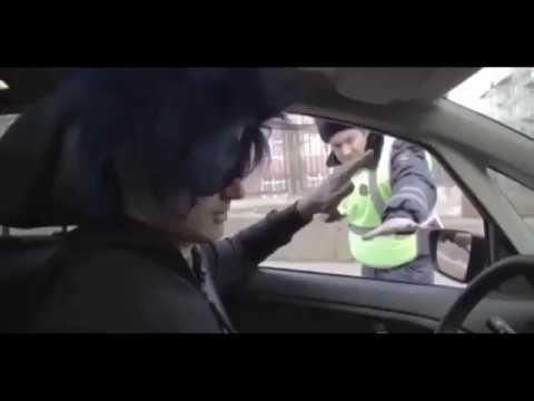 Инспектор ГИБДД требует документы. Руки за голову. Выходите из машины. Вы меня вынуждаете инспектор.
