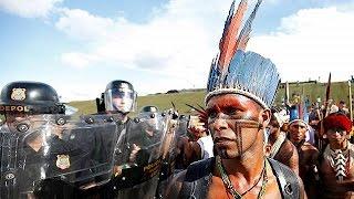 Бразильские индейцы обстреляли полицию из лука