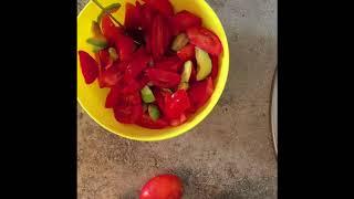 Сыроедческий салат из помидоров и авокадо