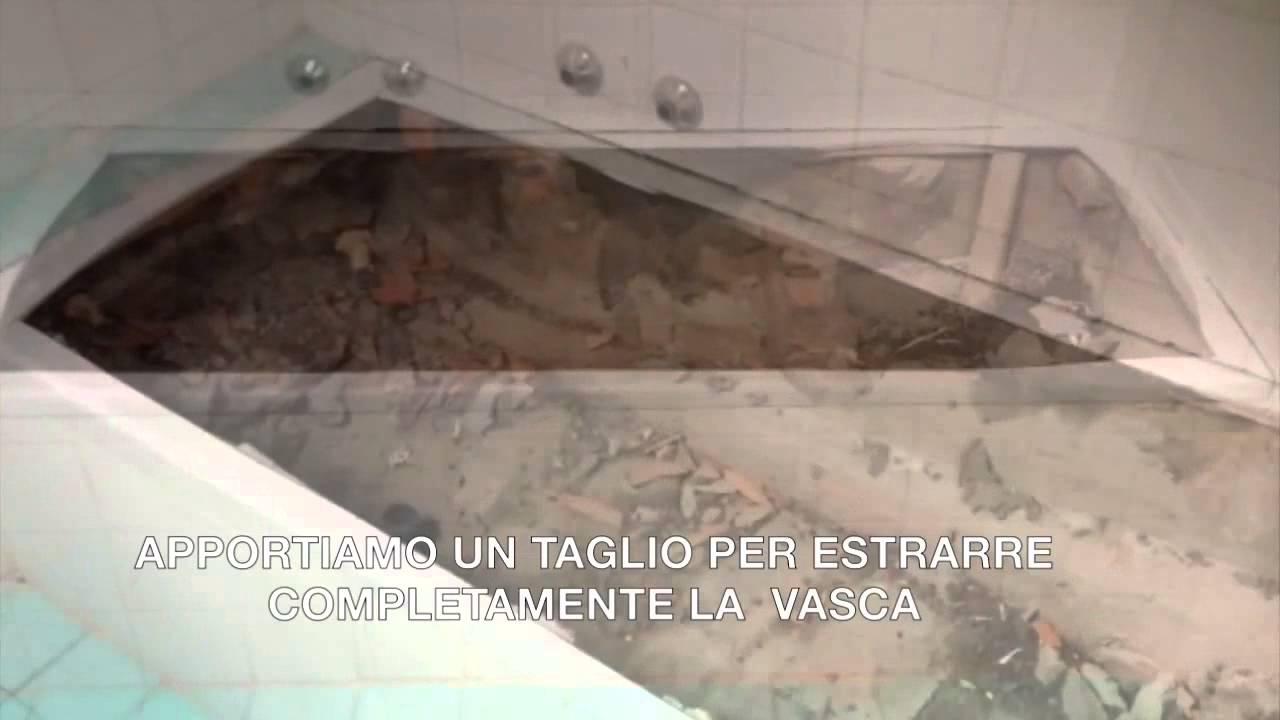Vecchia vasca da bagno in cortile lastricato di zinco