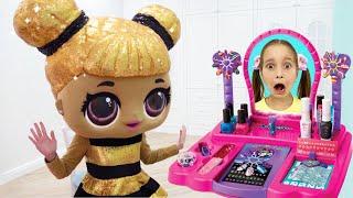 София хочет быть Парикмахером и играет в Салон Красоты с Куклами