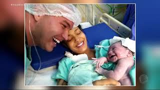 Bebê sorri para o pai logo após o nascimento