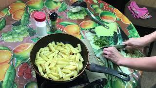 Жареная картошка с зелёным луком и чесноком