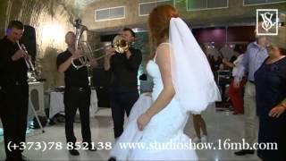 Ведущий зажигает на свадьбе