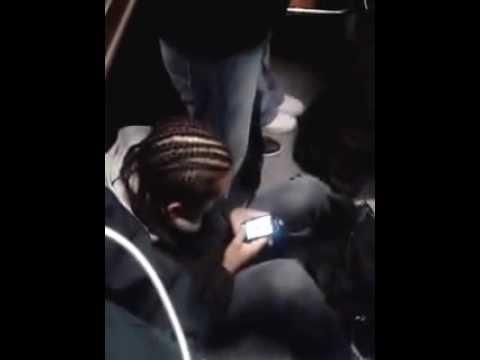 Va sentado en el metro en hora peak del metro / Chile