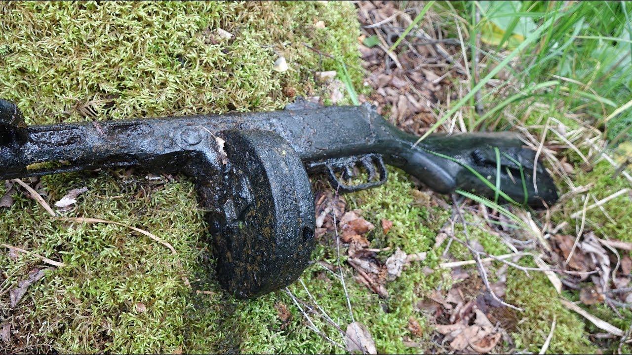 Автомат в руках у погибшего сержанта раскопки второй мировой.