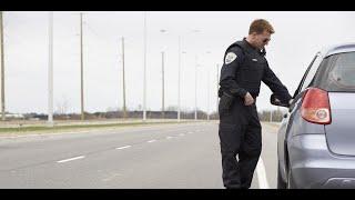 ا ف ب   شاهد شرطي في أمريكا يوقف سيارة لتحرير مخالفة فتصدمه سيارة مسرعة أخرى