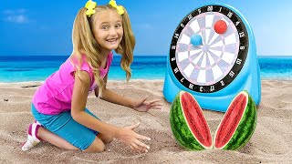 ساشا وماكس يلعبان مع أبي على الشاطئ ويغنيان أغنية