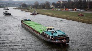 POŽÁRY.cz: Čeští hasiči v Drážďanech dvěma vyprošťovacími tanky úspěšně vytáhli loď Albis