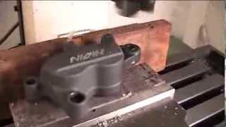 เครื่อง CNC Milling ขนาดเล็กชนิดตั้งโต๊ะ ปาดหน้าโลโก้ซึ่งเป็นชิ้นส่วน Disk Break ให้เป็นลาย