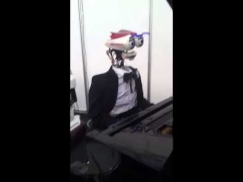 Robot. Pianoforte show