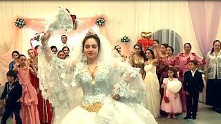 Красивая цыганка поймала букет невесты на свадьбе