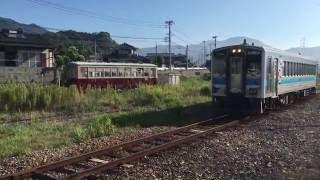 筑前山家駅と放置されている西鉄路面電車・西鉄バス JR九州 筑豊本線 2016年8月6日