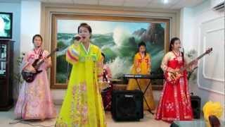 Nhà hàng Bắc Triều Tiên Ryu Gyong ở Hà Nội biểu diễn các bài hát tiếng Việt