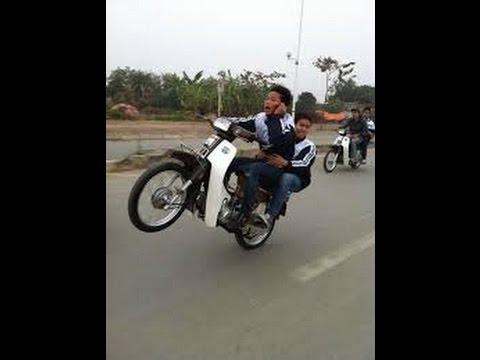 Bốc đầu xe Dream 2 thanh niên suýt cụt đít :))