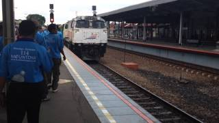 KA Cirebon Ekspres 64 Masuk Stasiun Cirebon Kejaksan